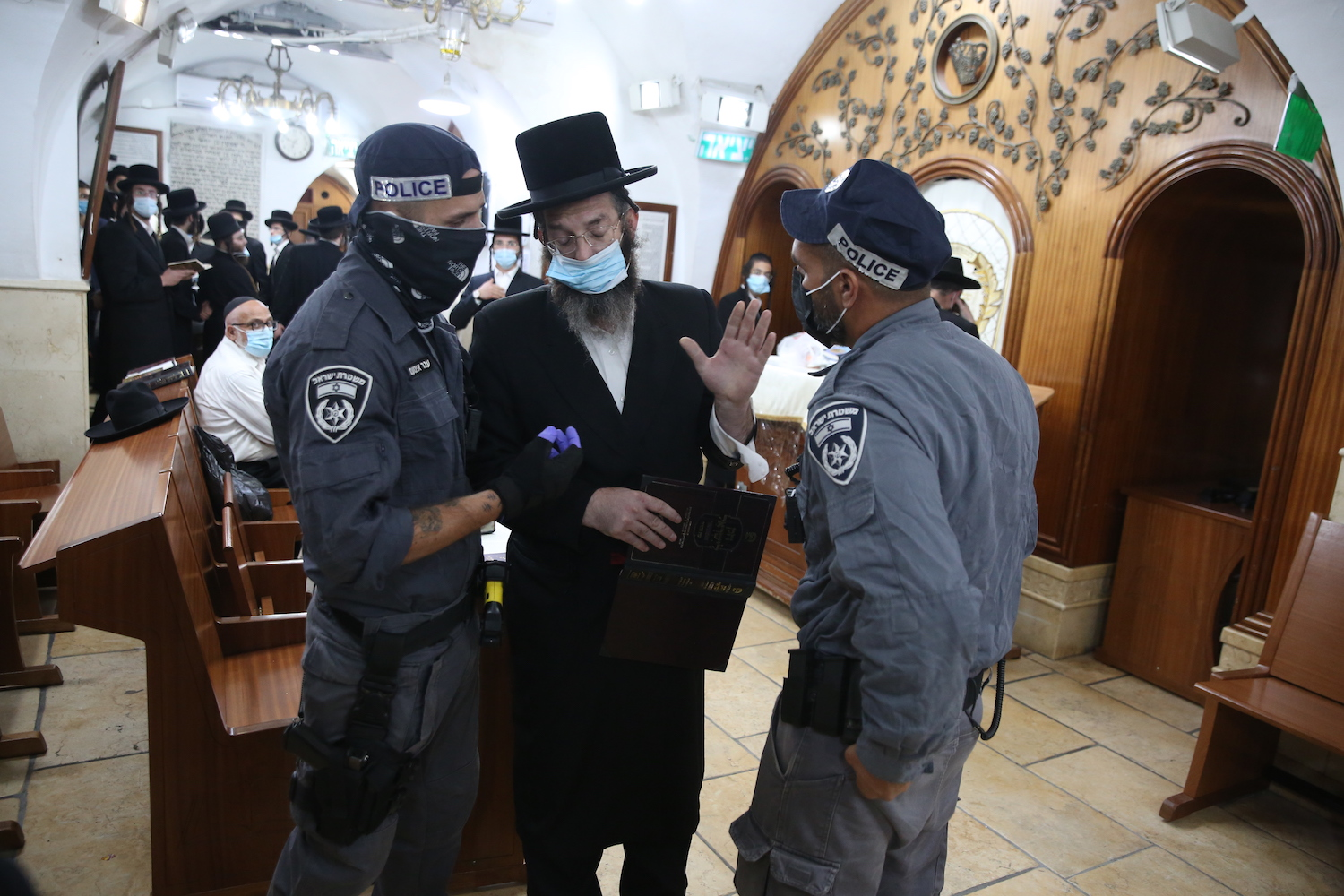 Police scuffle with ultra-orthodox Jewish worshippers at a tomb in the Israeli town of Meron, after prayer services had been largely restricted during a nationwide lockdown, September 24, 2020. (David Cohen/Flash90)