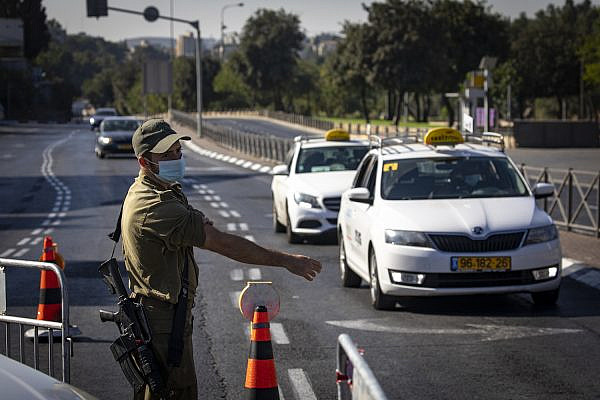 Israeli Police and soldiers seen at a temporary checkpoint in Jerusalem, September 27, 2020, during the nationwide lockdown to prevent the spread of COVID-19. (Olivier Fitoussi/Flash90)