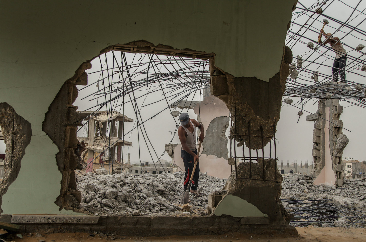 A Palestinian laborer works among the rubble of destroyed Palestinian houses damaged during Israel's 2014 war in Gaza, in the Shuja'iyya neighborhood of Gaza City, Gaza Strip, September 9, 2015. (Emad Nassar/Flash90)