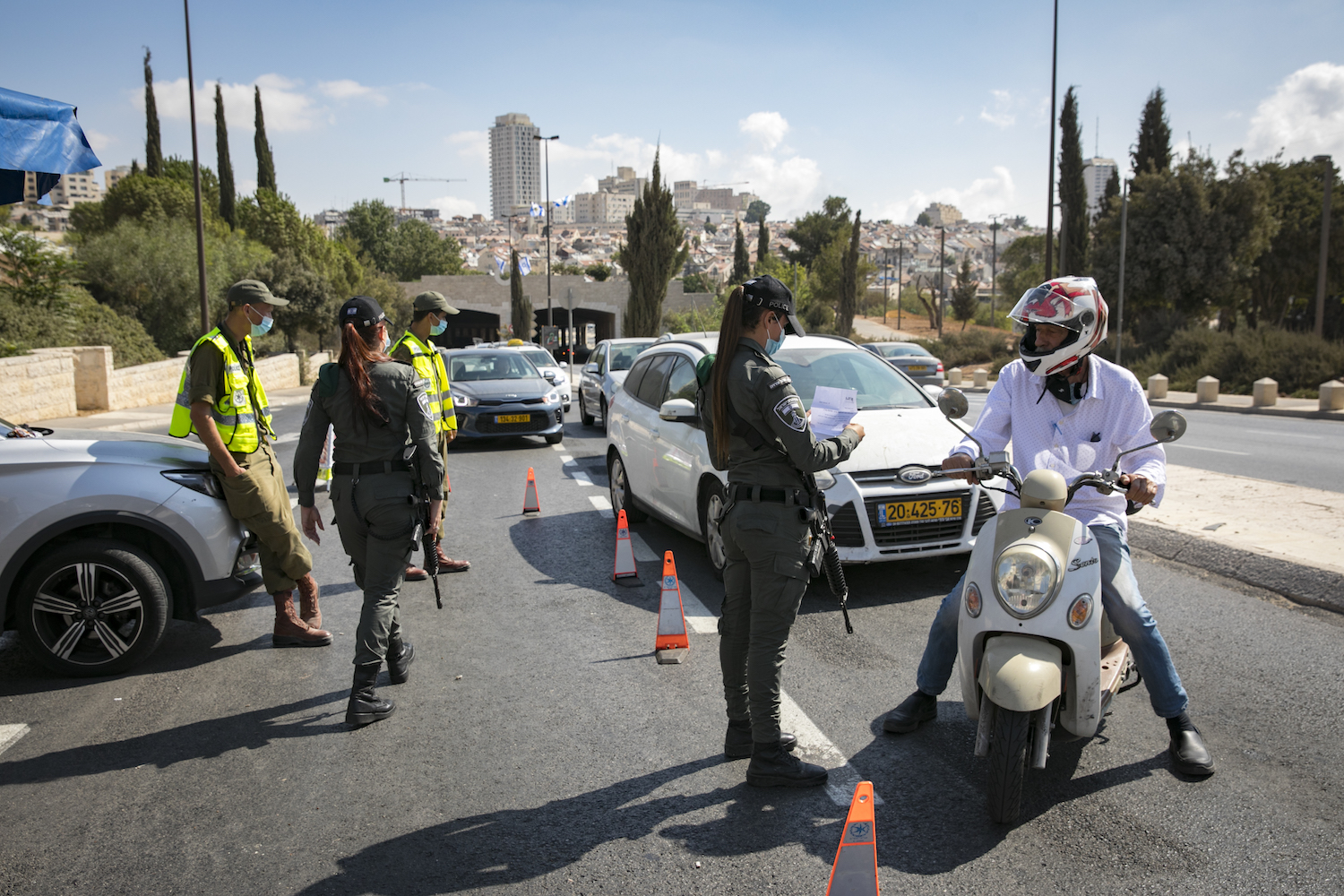 Israeli police and soldiers at a makeshift checkpoint in Jerusalem, September 24, 2020. (Olivier Fitoussi/Flash90)