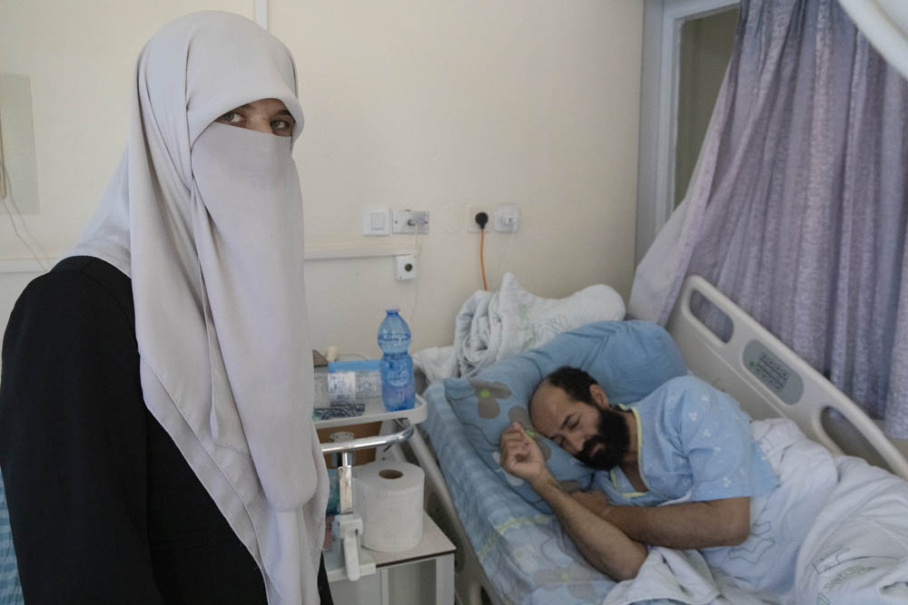 Maher al-Akhras and his wife Taghreed at Kaplan Medical Center, Rehovot, October 14, 2020. (Oren Ziv)