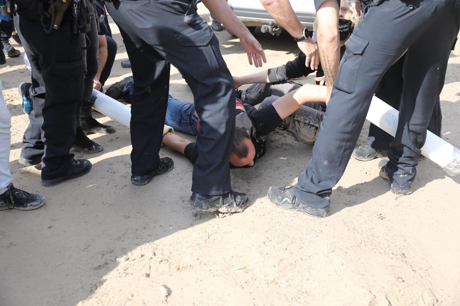 La polizia israeliana arresta gli attivisti per il clima fuori dalla cava di HeidelbergCement nella Cisgiordania occupata durante una protesta contro il piano governativo di espandere la cava e costruire una zona industriale nelle vicinanze, il 22 novembre 2020. (Oren Ziv)