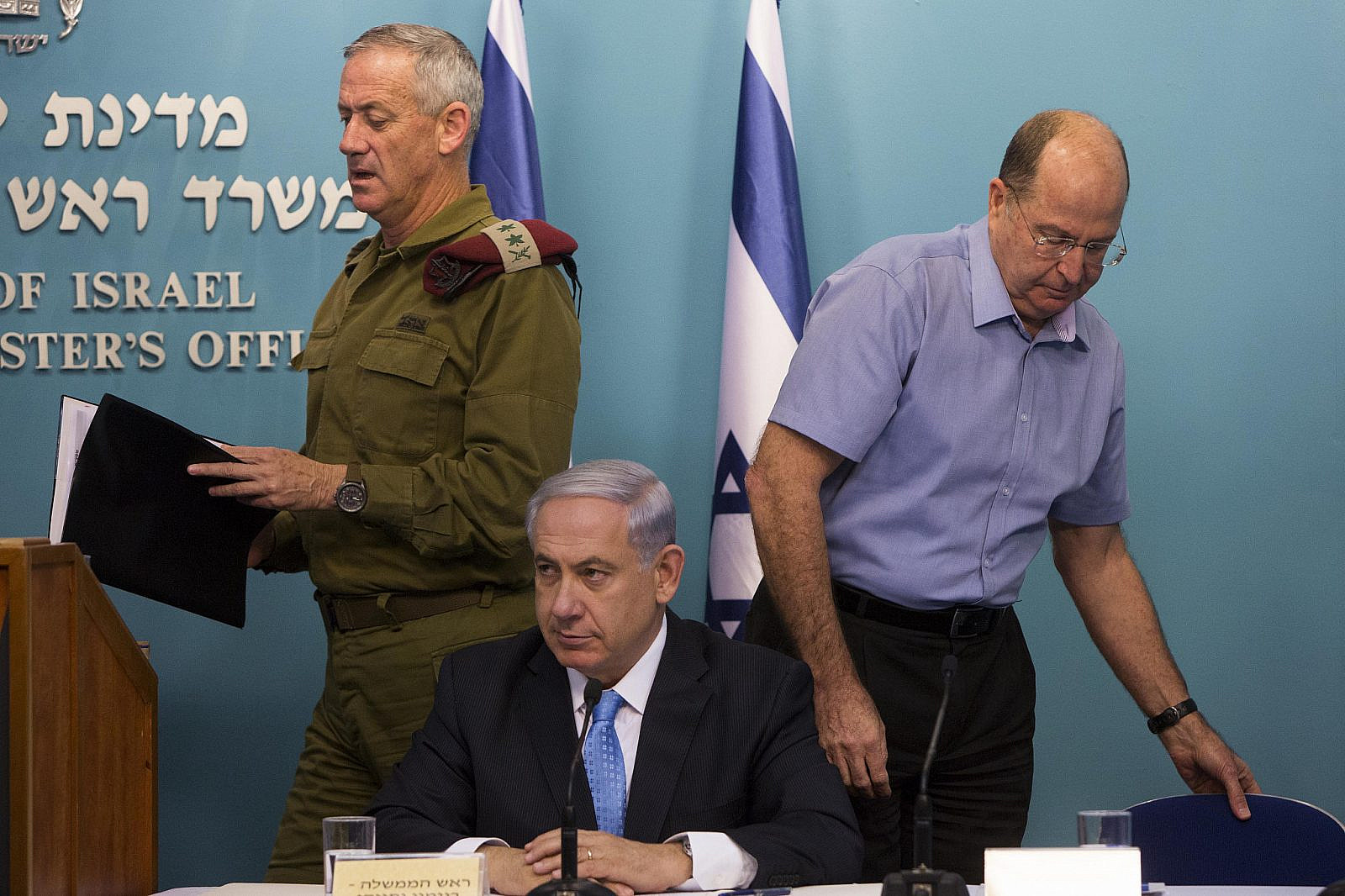 Israeli Prime Minister Benjamin Netanyahu (C), Minister of Defense Moshe Ya'alon (R) and IDF Chief of Staff Benny Gantz (L) seen at a press conference at the Prime Minister's office in Jerusalem, August 27, 2014. (Yonatan Sindel/Flash90).