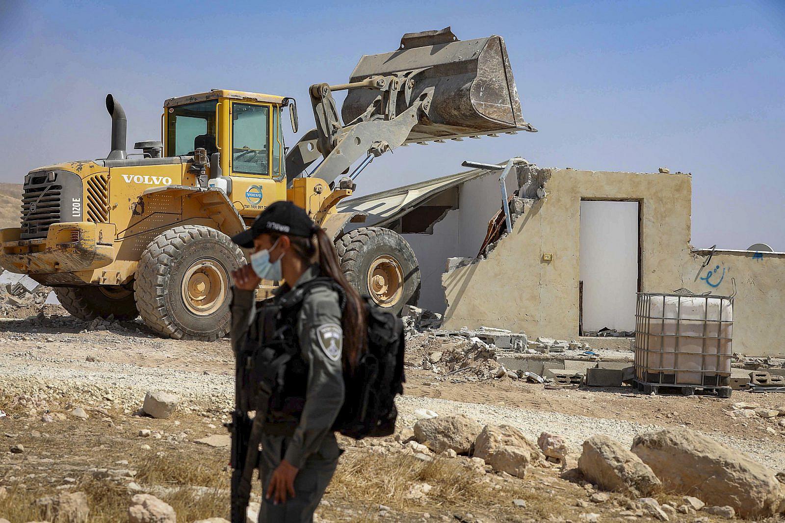 Israeli border police officers guard as Israeli authorities demolish a Palestinian house near the West Bank city of Hebron, Sep. 2, 2020. (Wisam Hashlamon/Flash90)