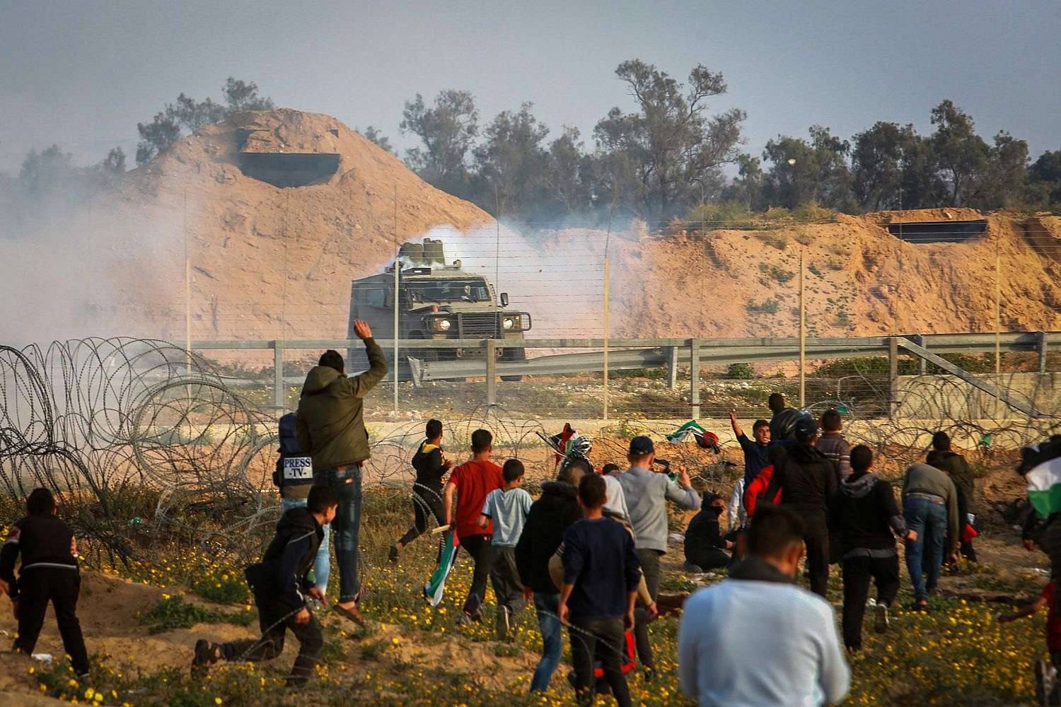 Palestinian protesters clash with Israeli security forces during the Great March of Return, near Israel-Gaza fence, east of Rafah, in the southern Gaza Strip, April 5, 2019. (Abed Rahim Khatib/Flash90)