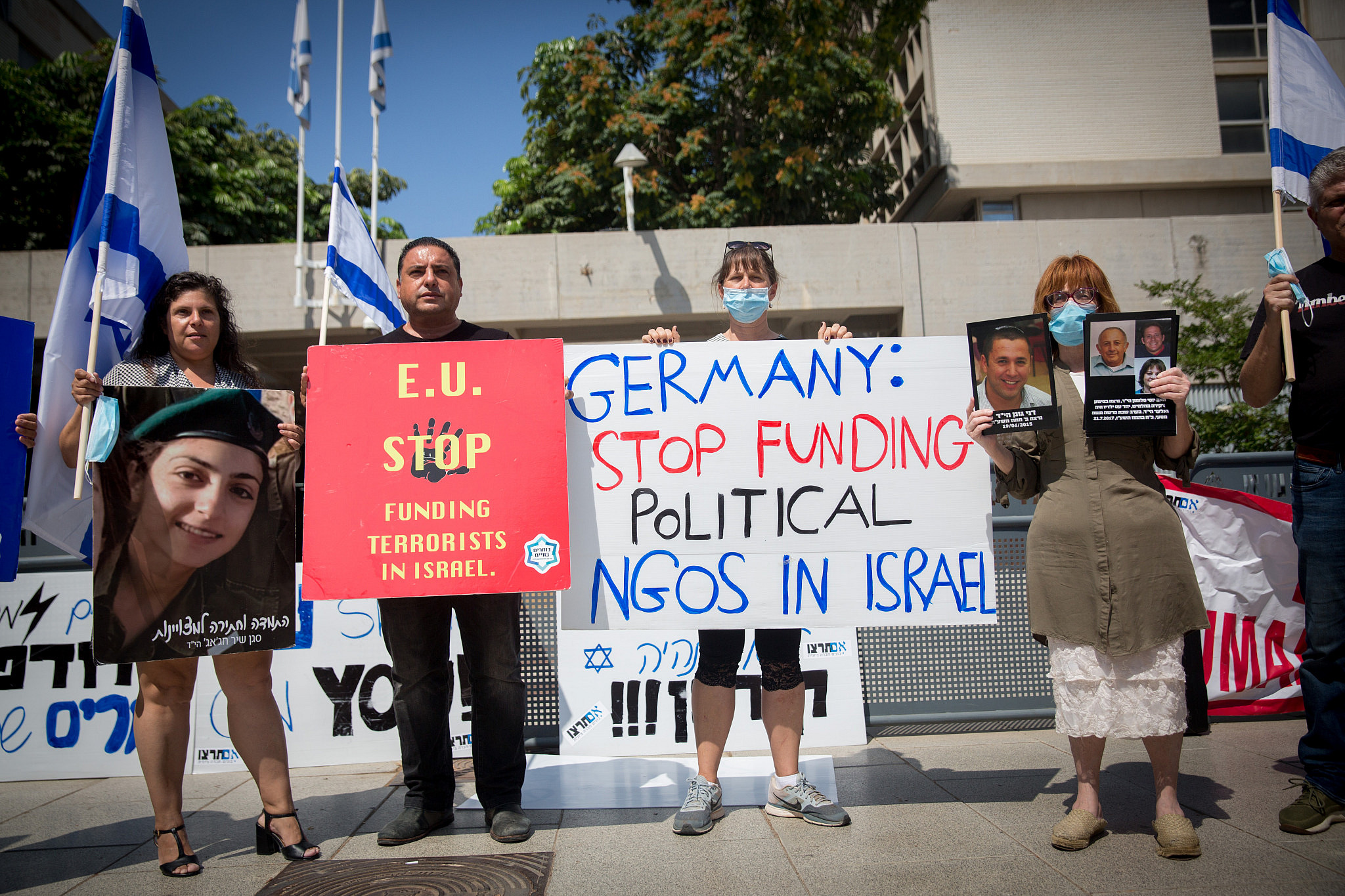Israeli protest in support of activist Sheffi Paz and against the European Union outside the Tel Aviv Magistrate's Court on July 7, 2020. (Miriam Alster/Flash90)