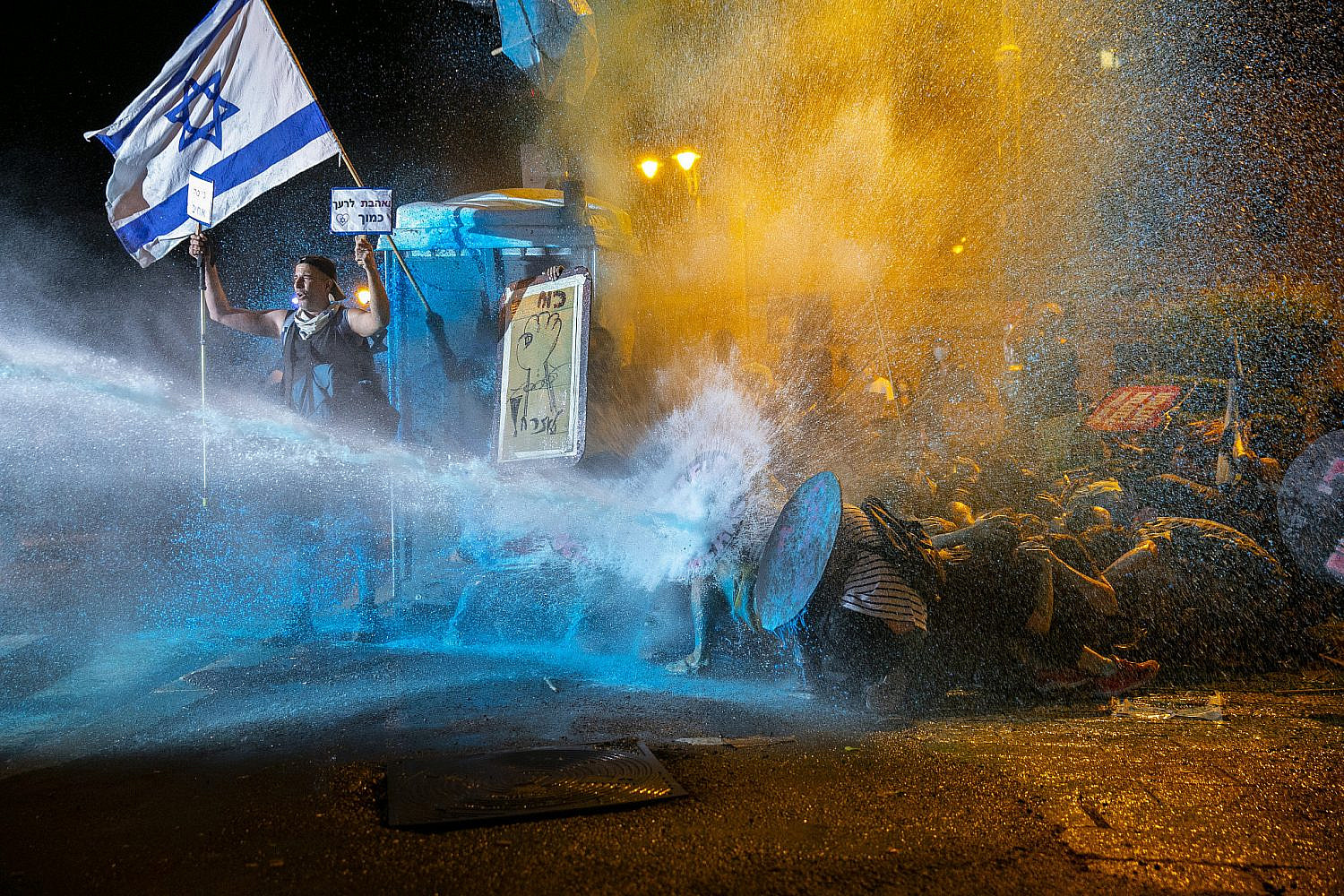 Israeli Police use a water cannon to disperse demonstrators during a protest against Prime Minister Benjamin Netanyahu outside the PM's residence in Jerusalem, July 25, 2020. (Olivier Fitoussi/Flash90)