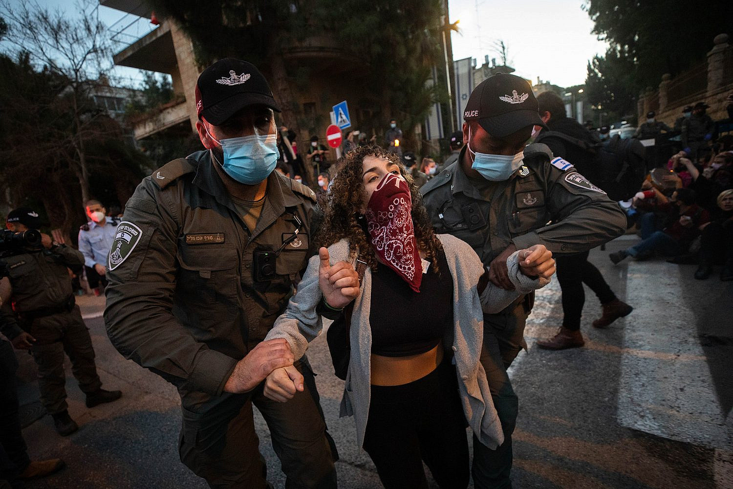 Israeli police officers scuffle with demonstrators during a protest against Prime Minister Benjamin Netanyahu, outside the PM's official residence in Jerusalem, Jan. 2, 2021. (Olivier Fitoussi/Flash90)