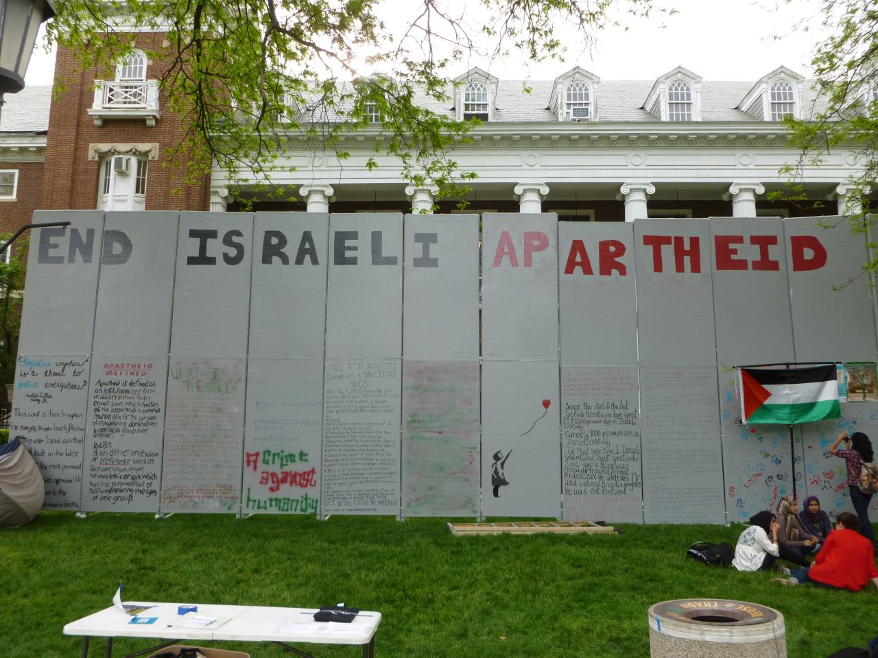 Students for Justice in Palestine put up a wall against Israeli Apartheid on the campus of the University of Illinois at Urbana-Champaign, April 19, 2012. (Benjamin Stone/Flickr)