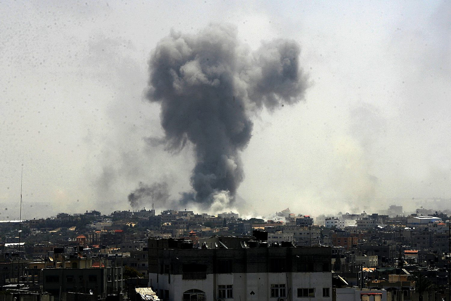Smoke rises following Israeli air strikes in Rafah in the southern Gaza Strip, Aug. 1, 2014. (Abed Rahim Khatib/Flash90)