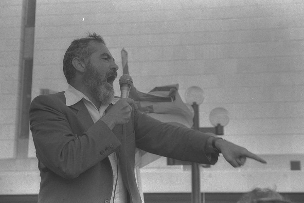 Meir Kahane addresses followers during a demonstration in Jerusalem, January 8, 1984. (Anti Harnik)