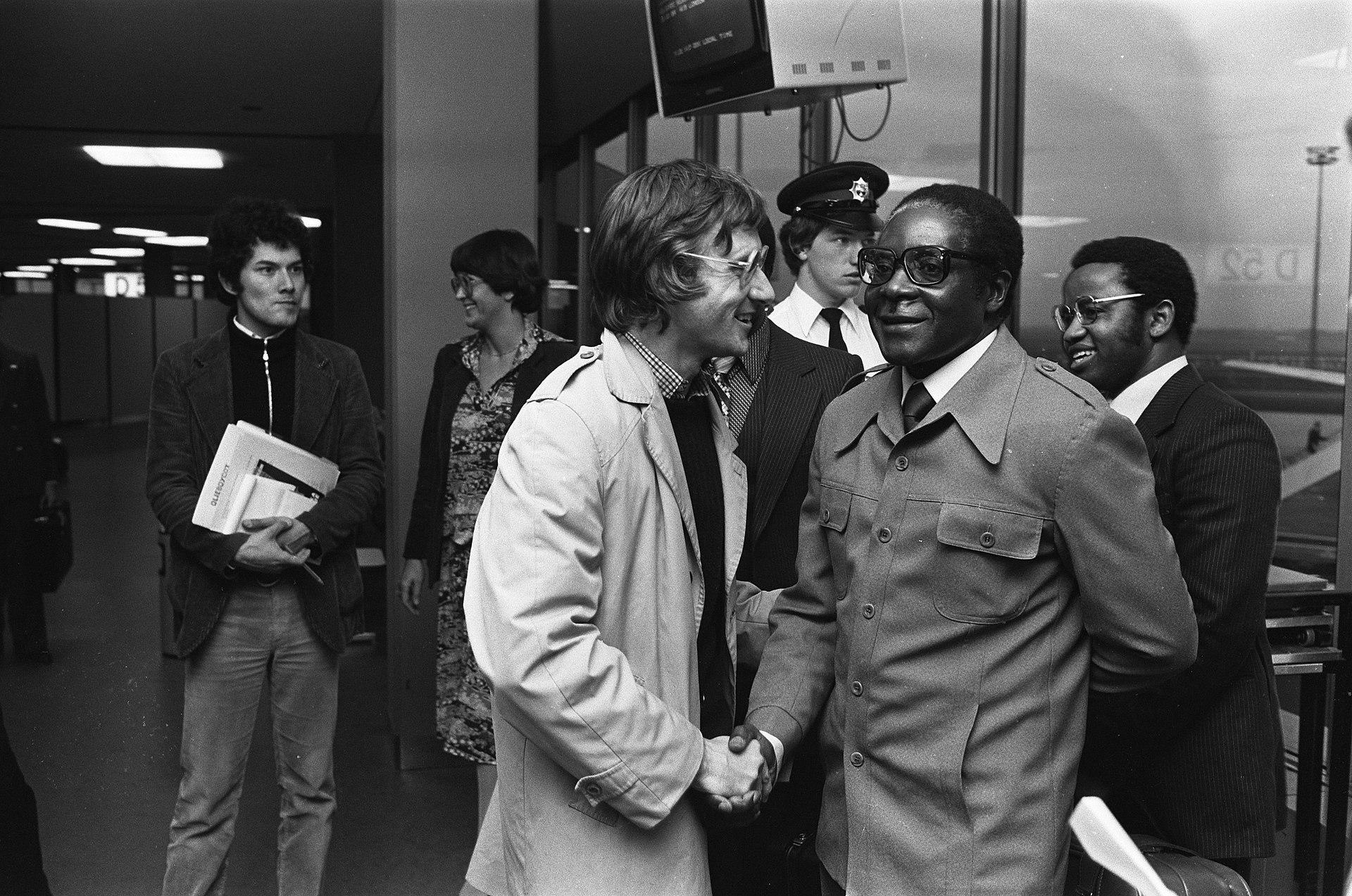 Robert Mugabe meets with activists from the Dutch Southern Africa Committee, Schiphol, Netherlands, October 19, 1979. (Koen Suyk/Anefo)