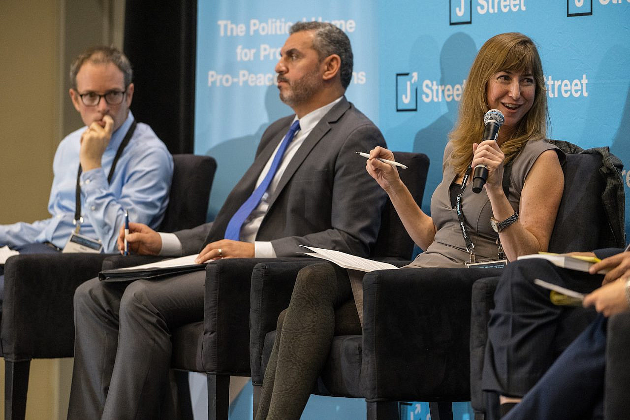 Dahlia Scheindlin speaks at the J Street National Conference, October 28, 2019. (jstreetdotorg/CC BY-NC-SA 2.0)
