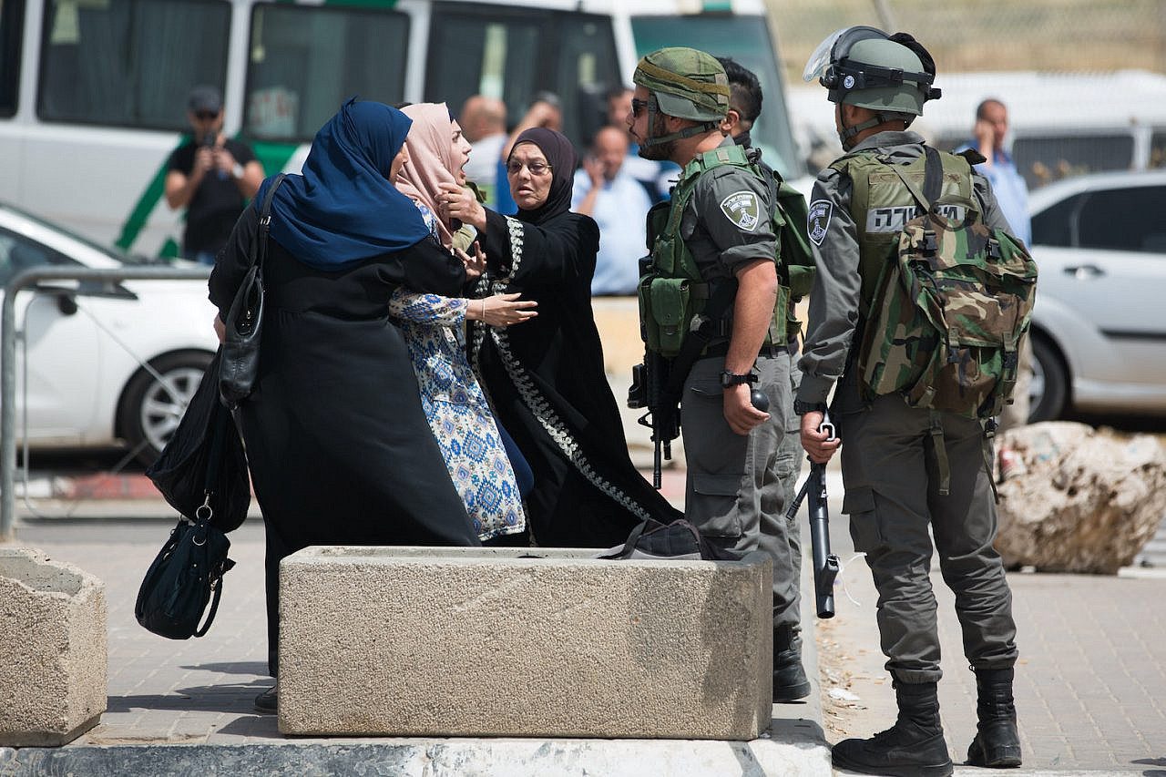 A palestinian woman argues with Israeli security forces at the Qalandiya checkpoint, April 27, 2016. (Yonatan Sindel/Flash90)