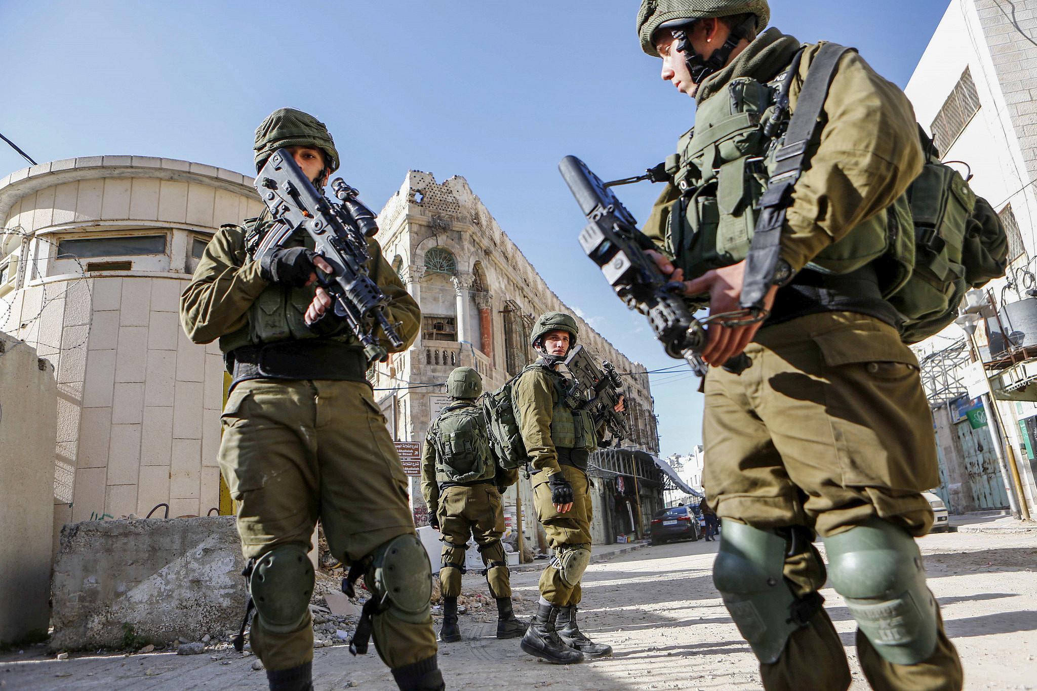 Israeli soldiers patrol the Old City of Hebron in the West Bank, Jan. 14, 2018. (Wisam Hashlamoun/Flash90)