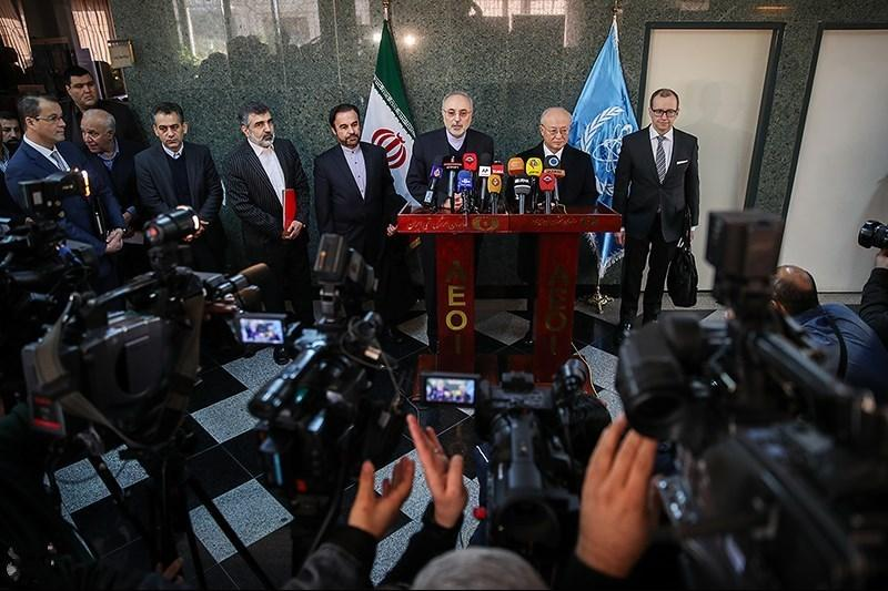 Former Director General of the International Atomic Energy Agency (IAEA) Yukiya Amano meets with high-ranking Iranian officials, including the head of Atomic Energy Agency of Iran, Ali Akbar Salehi. Dec. 18, 2016. (Tasnim News/Wikimedia)