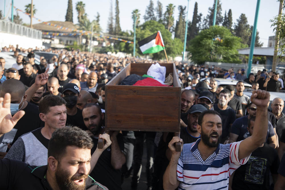 Hundreds of Palestinians hold a funeral for Musa Hassuna, who was shot dead by a Jewish Israeli during protests in the city of Lydd/Lod, May 11, 2021. (Oren Ziv)