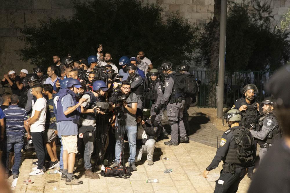 Israeli police intimidate journalists near Damascus Gate in Jerusalem, May 8, 2021. (Oren Ziv/Activestills)
