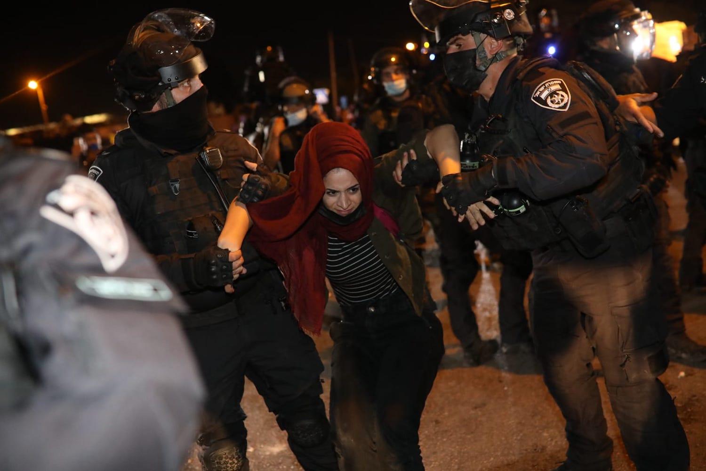 La polizia israeliana arresta una donna palestinese durante una manifestazione contro l'imminente espulsione forzata di famiglie palestinesi dal quartiere di Sheikh Jarrah a Gerusalemme Est, l'8 maggio 2021. (Oren Ziv)