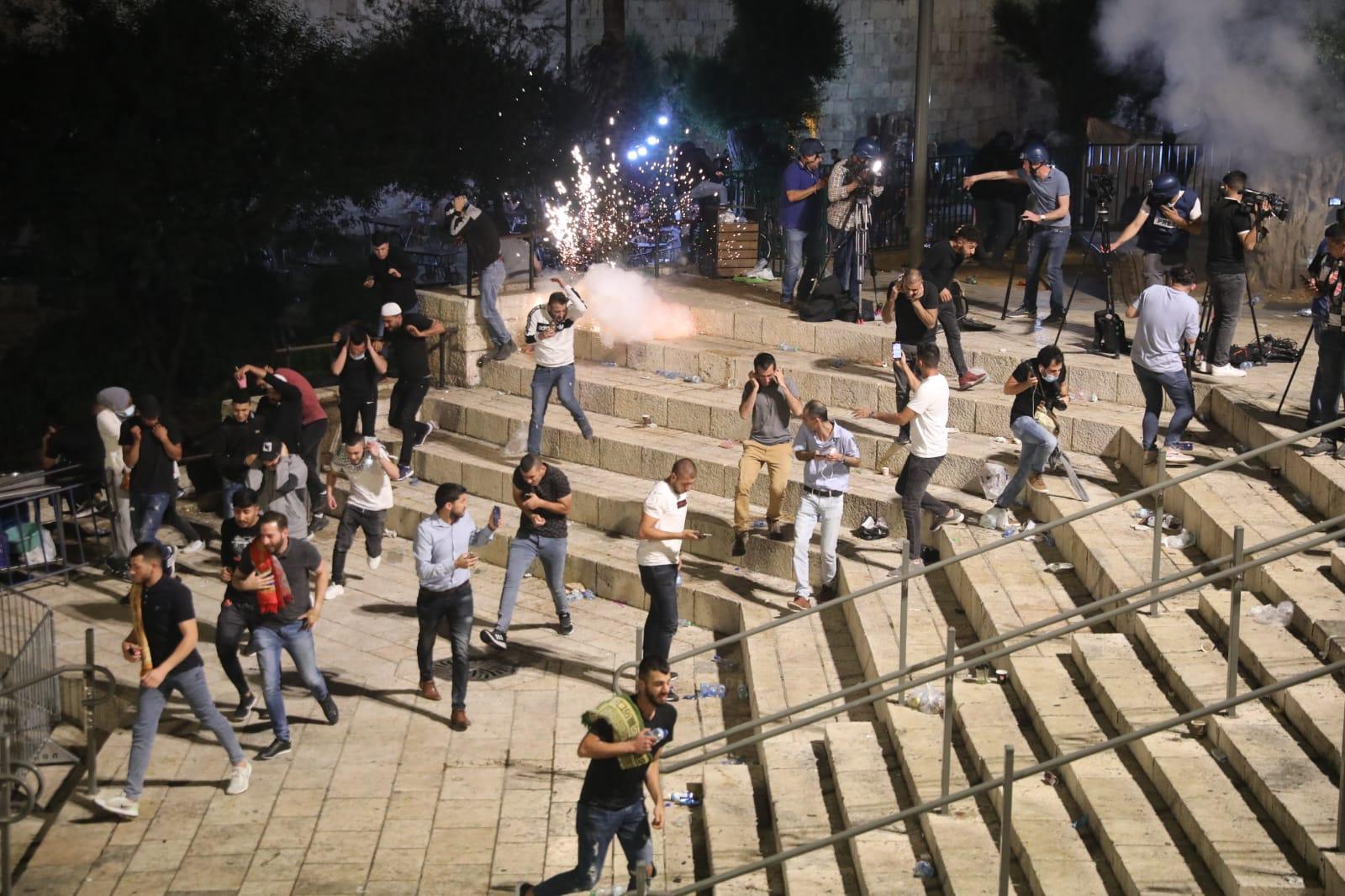 I manifestanti palestinesi fuggono dopo che le forze di sicurezza israeliane hanno sparato gas lacrimogeni fuori dalla Porta di Damasco, a Gerusalemme, l'8 maggio 2021 (Oren Ziv)