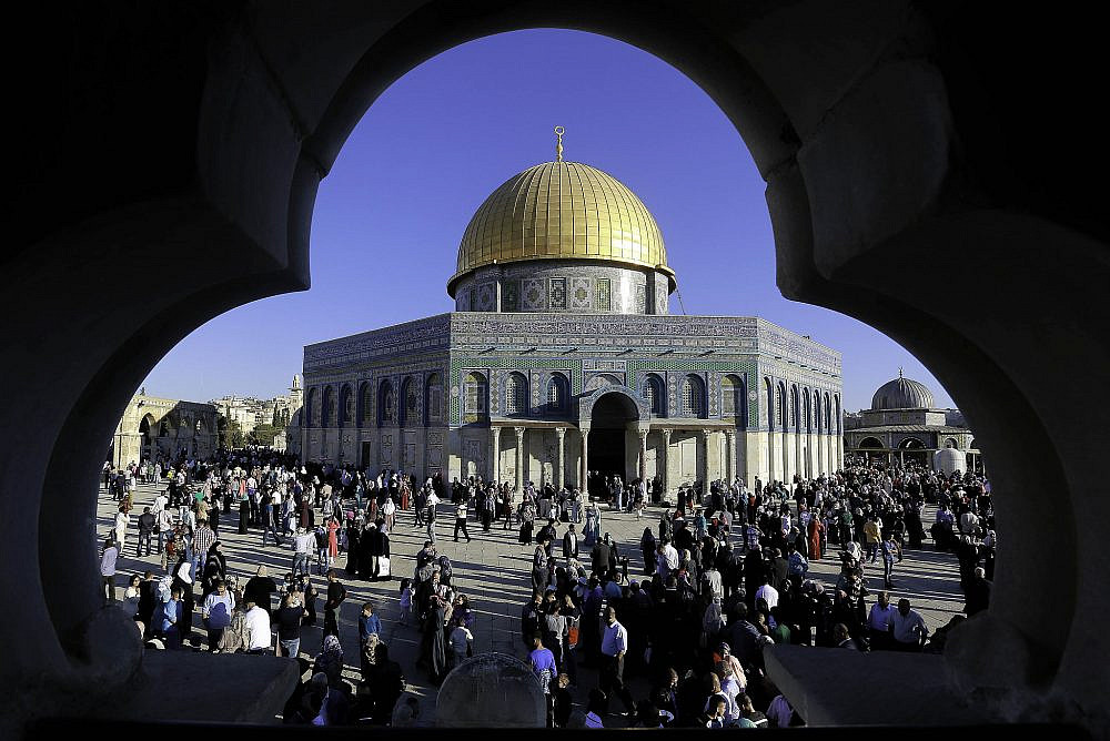 Thousands of Palestinians pray at the Al-Aqsa Mosque, in Jerusalem's Old City, marking the Muslim holiday of Eid Al Adha. Oct. 4, 2014. (Sliman Khader/Flash90)