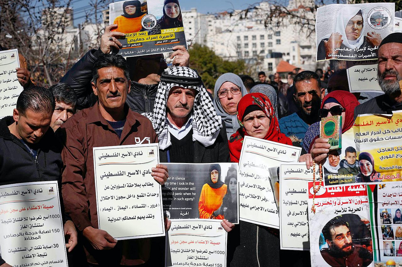 Palestinians protest in solidarity with Palestinian prisoners on hunger strike in Ofer Prison, outside the Red Cross offices in the West Bank city of Hebron, January 22, 2019. (Wisam Hashlamoun/Flash90)