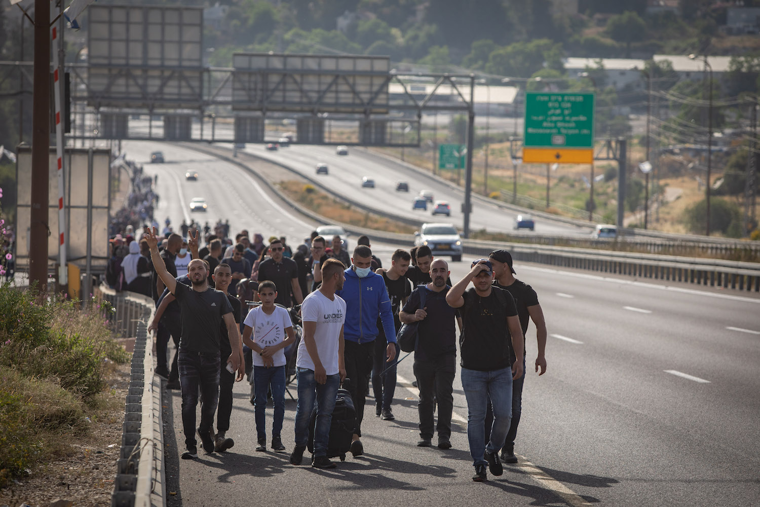 Hundreds of Palestinian citizens of Israel marching on Road 1 toward Jerusalem for Ramadan prayers after Israeli police blocked traffic into the city to prevent additional Palestinians from entering, May 8, 2021. (Noam Revkin Fenton/Flash90)
