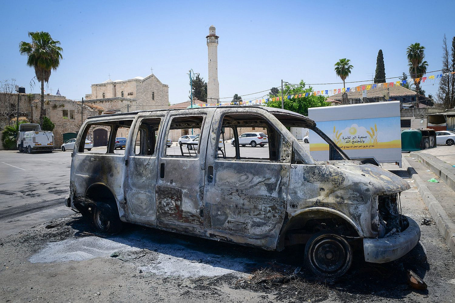 Torched synagogues and cars and vandalized stores in the central city of Lod, following a night of riots in the city, May 12, 2021. (Avshalom Sassoni/Flash90)