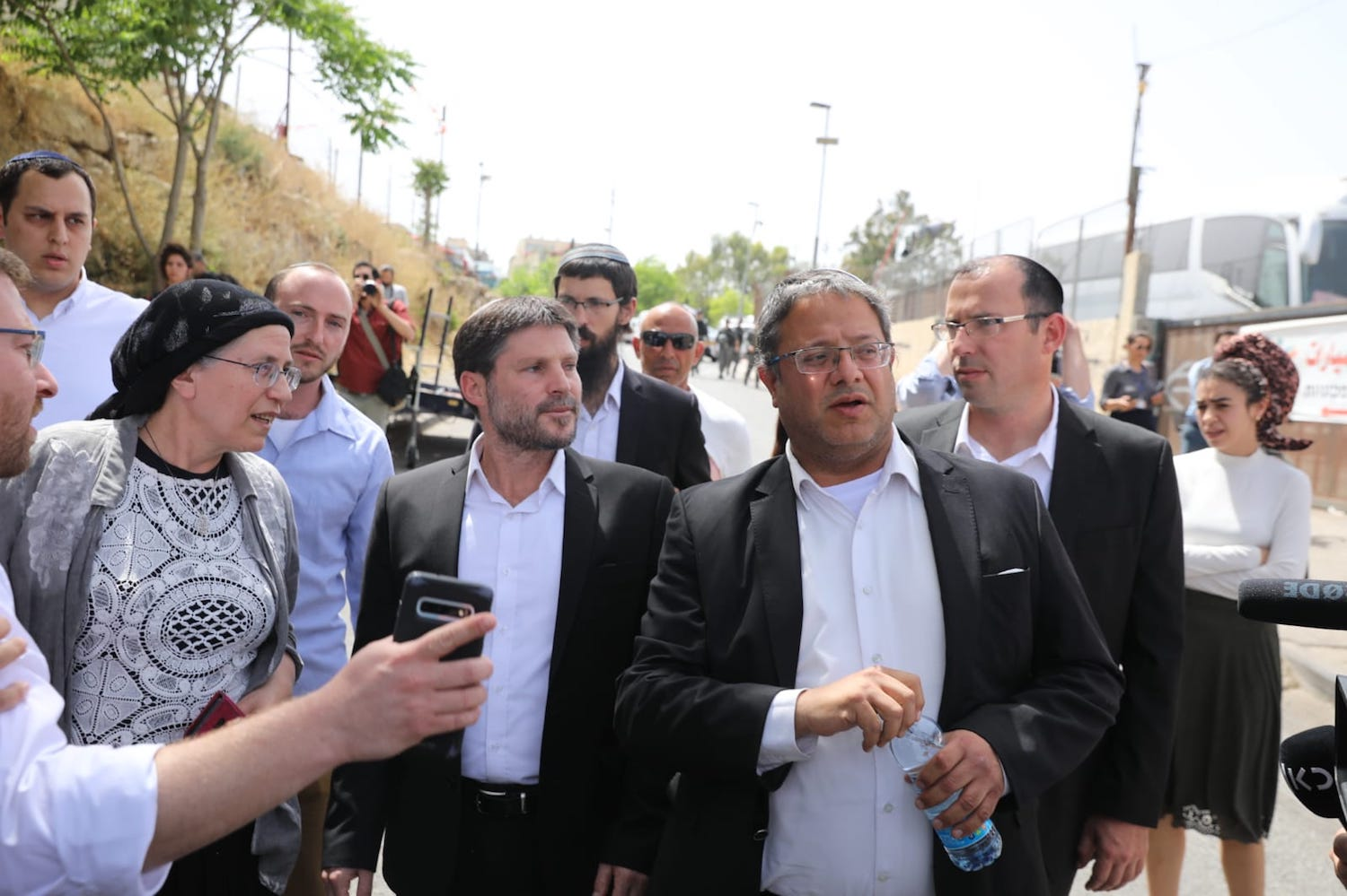 MKs Bezalel Smotrich and Itamar Ben Gvir from the far-right Religious Zionist Party visit the East Jerusalem neighborhood of Sheikh Jarrah to show support for settlers trying to evict Palestinians there, May 10, 2021 (Olivier Fitoussi/Flash90)