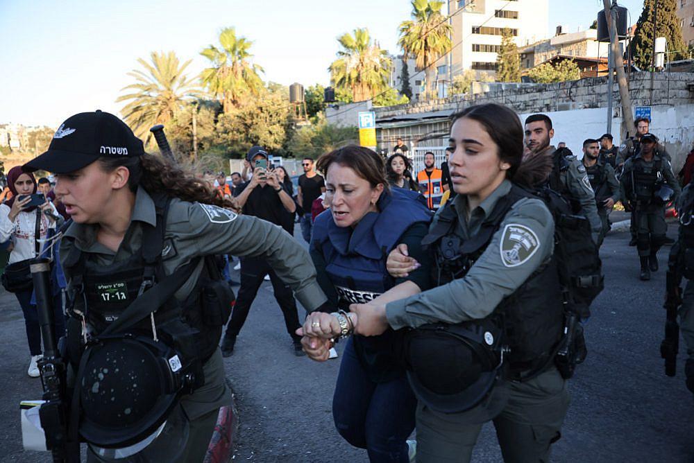 Ufficiali israeliani arrestano la giornalista di Al Jazeera Givara Budeiri nel quartiere di Sheikh Jarrah a Gerusalemme est, 6 giugno 2021. (Oren Ziv)