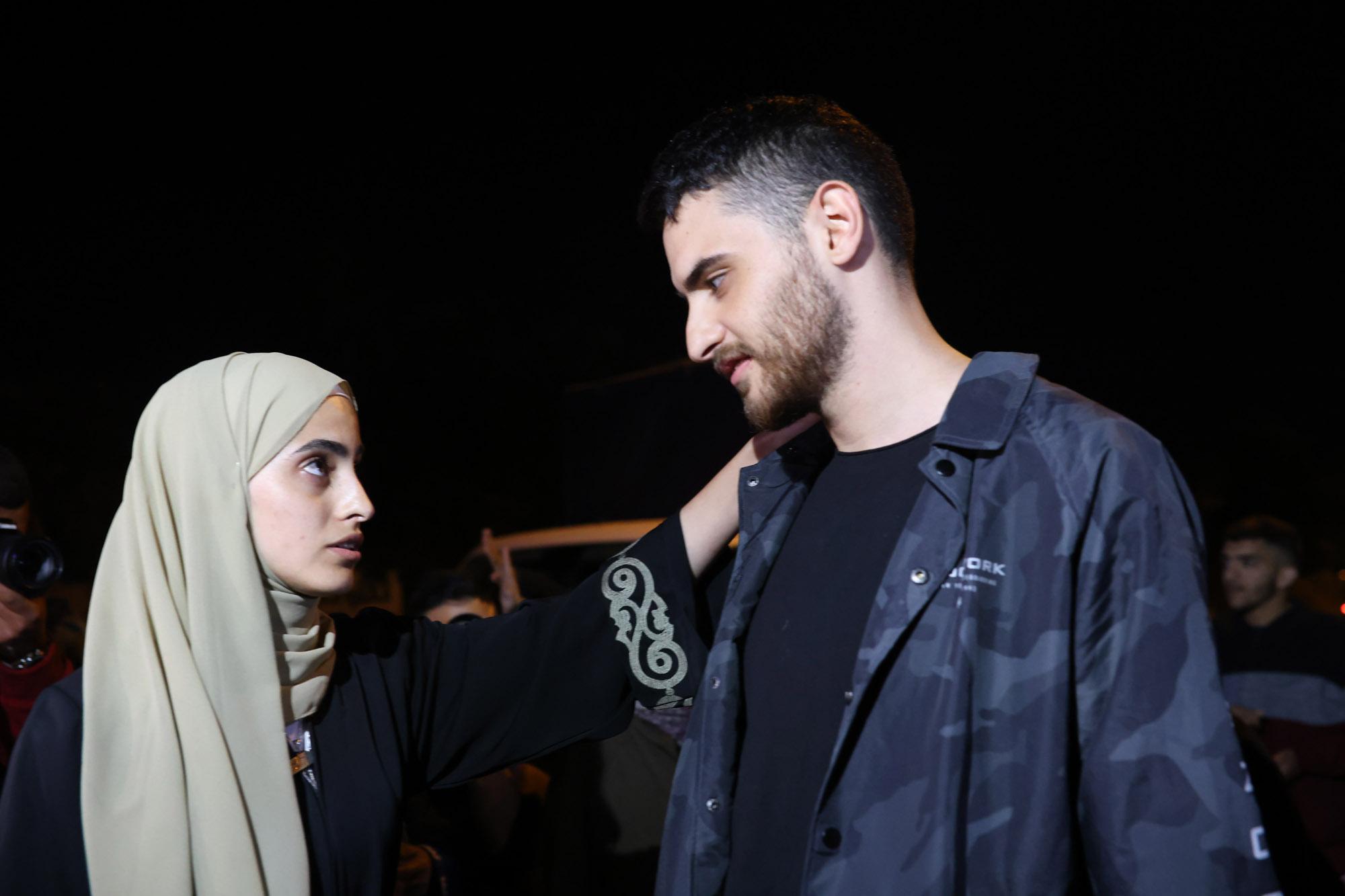 Muna El-Kurd (a sinistra) e suo fratello Mohammed visti dopo essere stati rilasciati dalla custodia della polizia, 7 giugno 2021. (Oren Ziv)