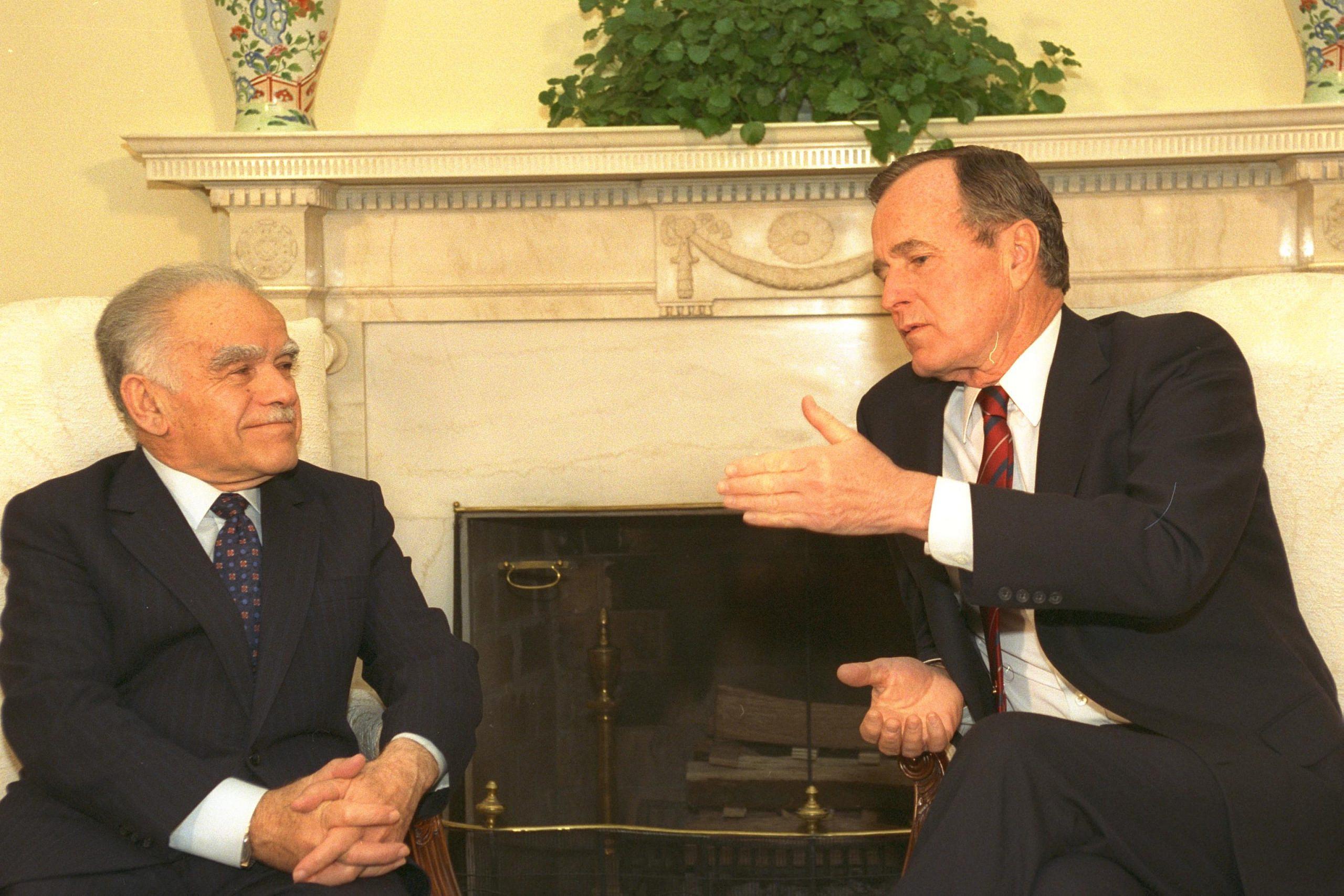 Israeli Prime Minister Yitzhak Shamir (left) and U.S. President George H.W. Bush meet in the Oval Office, White House, April 6, 1989. (Ya'acov Sa'ar)