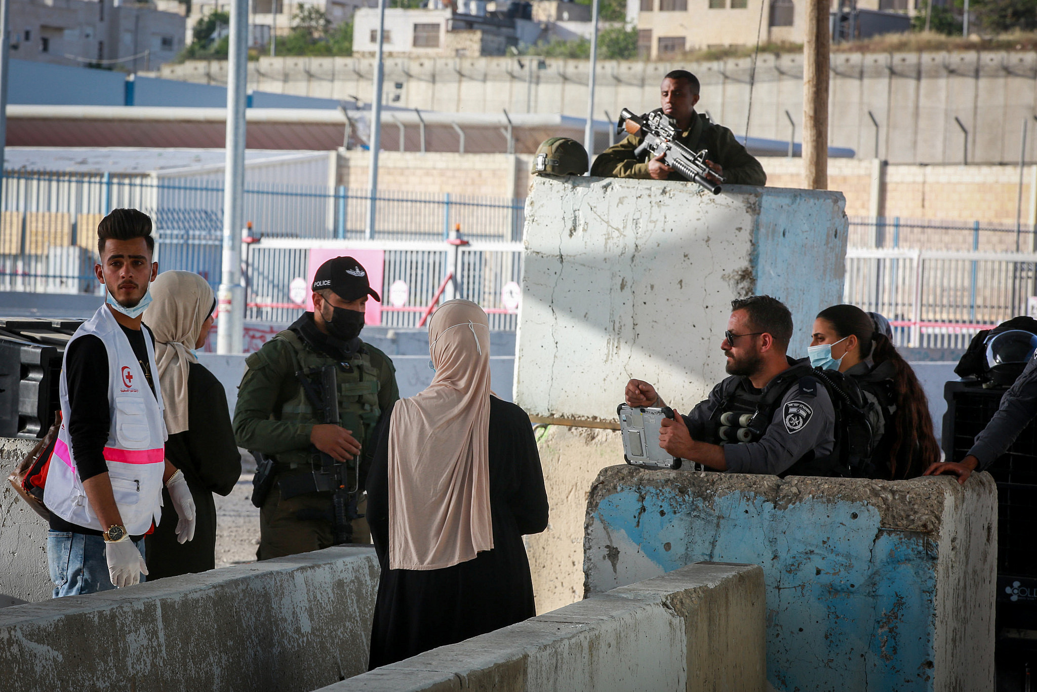 Palestinians cross through Qalandiya checkpoint into Jerusalem to attend Friday prayers during the holy month of Ramadan, near the West Bank city of Ramallah, April 30, 2021. (Flash90)