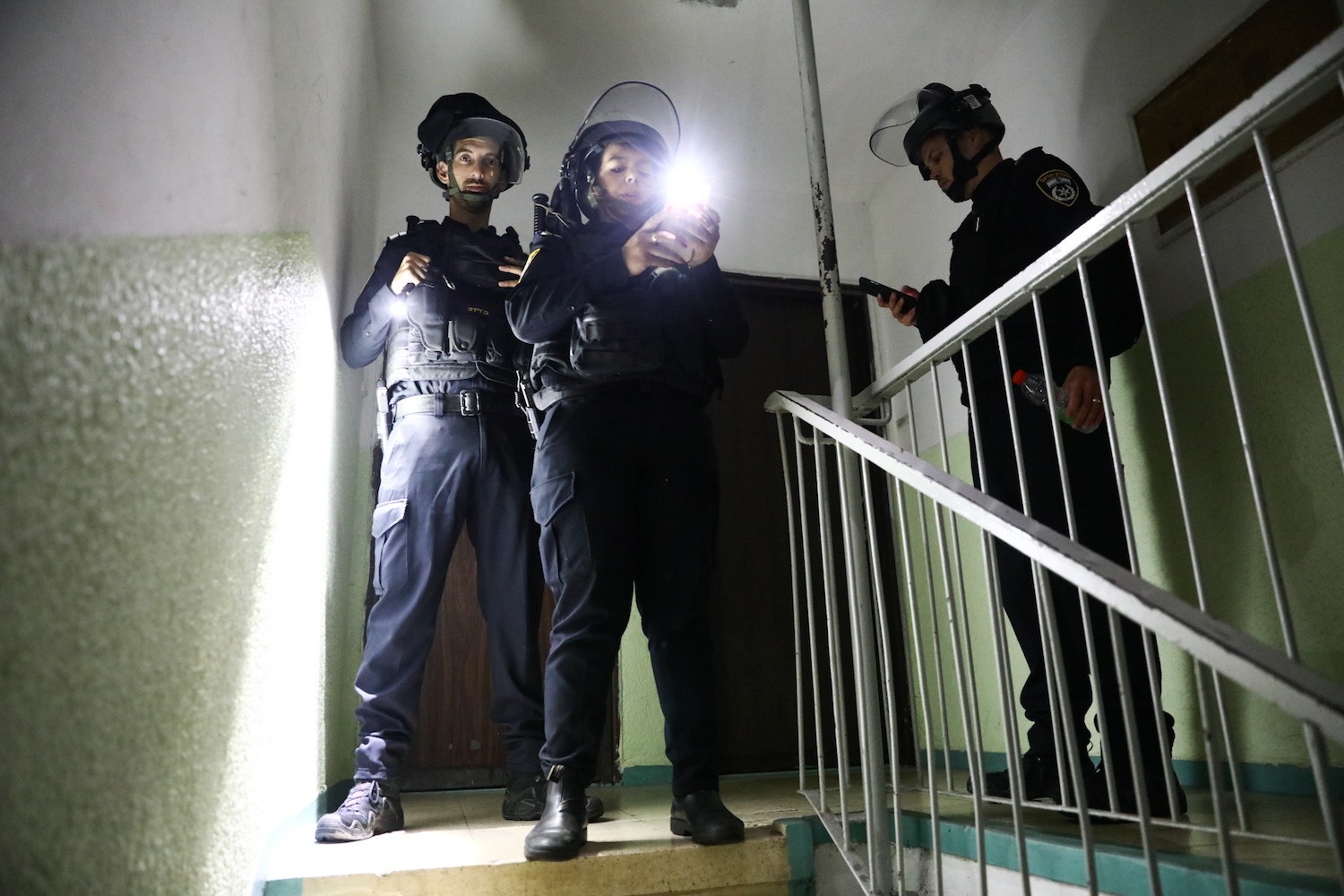 Israeli police seen in the stairwell of a building in the city of Lydd, central Israel May 13, 2021.(Yossi Aloni/Flash90)