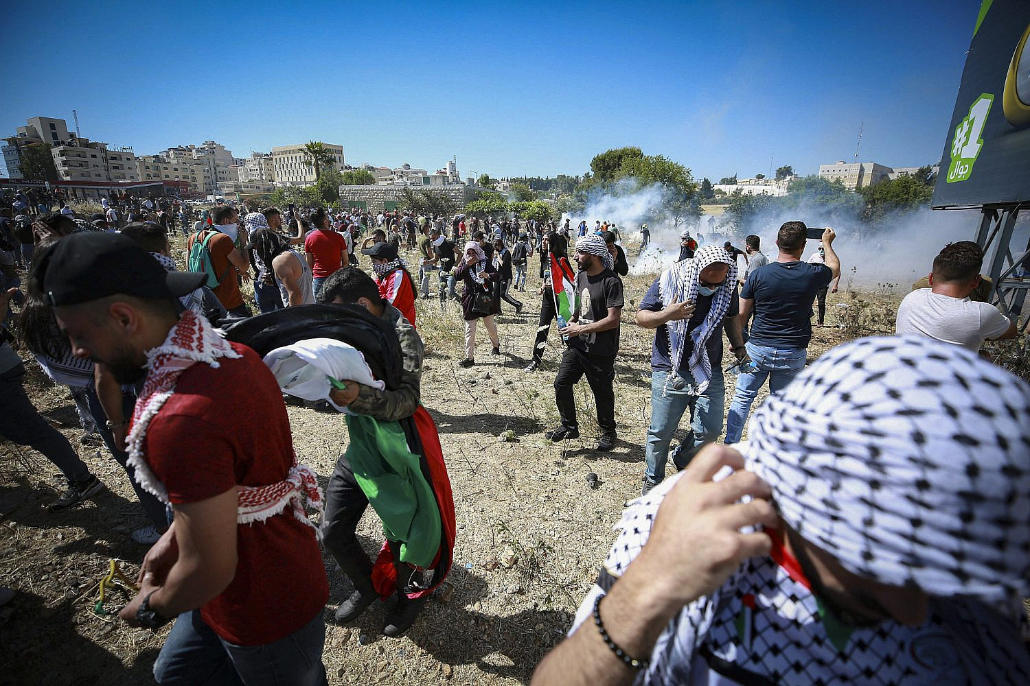 Palestinian protesters confronted by Israeli security forces during a demonstration near the Beit El checkpoint at the entrance of Ramallah, May 18, 2021. (Flash90)