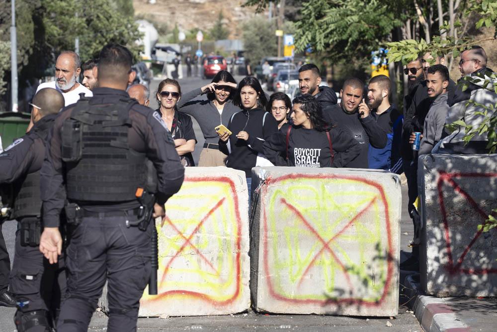 La polizia ha istituito blocchi stradali in cemento all'ingresso del quartiere di Sheikh Jarrah a Gerusalemme est. Mentre i coloni e gli ebrei di destra possono entrare liberamente, ai palestinesi non residenti è vietato l'ingresso. (Oren Ziv)