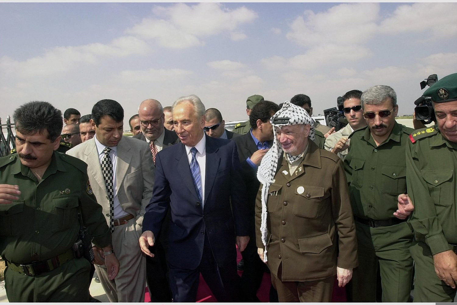 Israeli Foreign Minister Shimon Peres meeting with PA President Yasser Arafat in the Gaza Strip, Sept. 26, 2001 (Avi Ohayon/GPO)