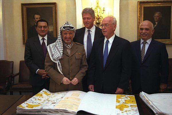 (L to R) Egyptian President Hosni Mubarak, PLO Chairman Yasser Arafat, U.S. President Bill Clinton, Israeli Prime Minister Yitzhak Rabin, and Jordanian King Hussein bin Talal at the White House after signing the Oslo II Agreements, Sept. 28, 1995. (Avi Ohayon/GPO)