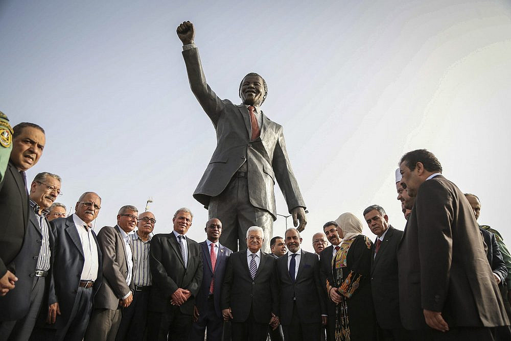 Palestinian President Mahmoud Abbas stands with Mpho Franklyn Parks Tau, Mayor of the city of Johannesburg, in front of the new Mandela statue during the inauguration of Nelson Mandela Square in the West Bank city of Ramallah, April 26, 2016. (Flash90)