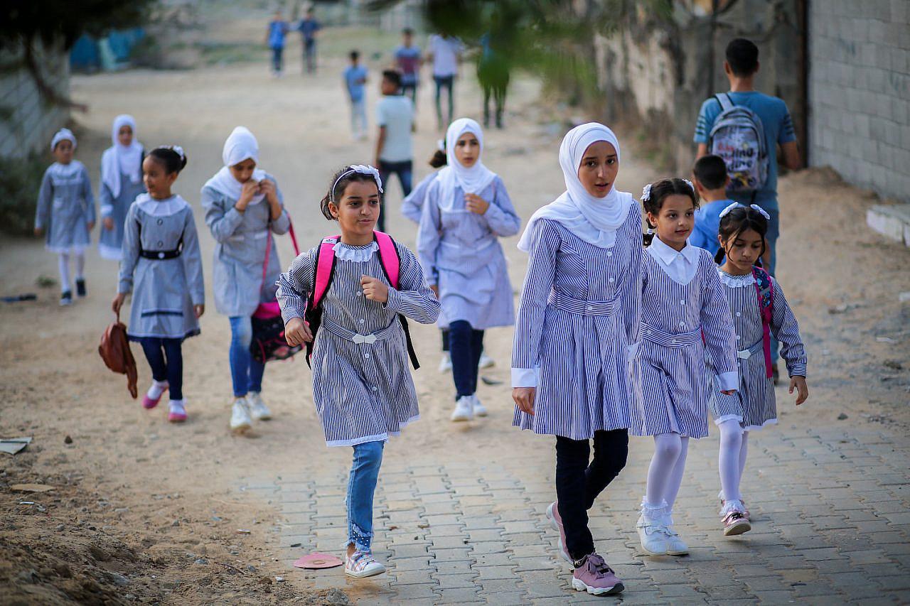 Studenti palestinesi vanno a scuola a piedi il primo giorno di scuola, a Gaza City, 25 agosto 2019. (Hassan Jedi/Flash90)