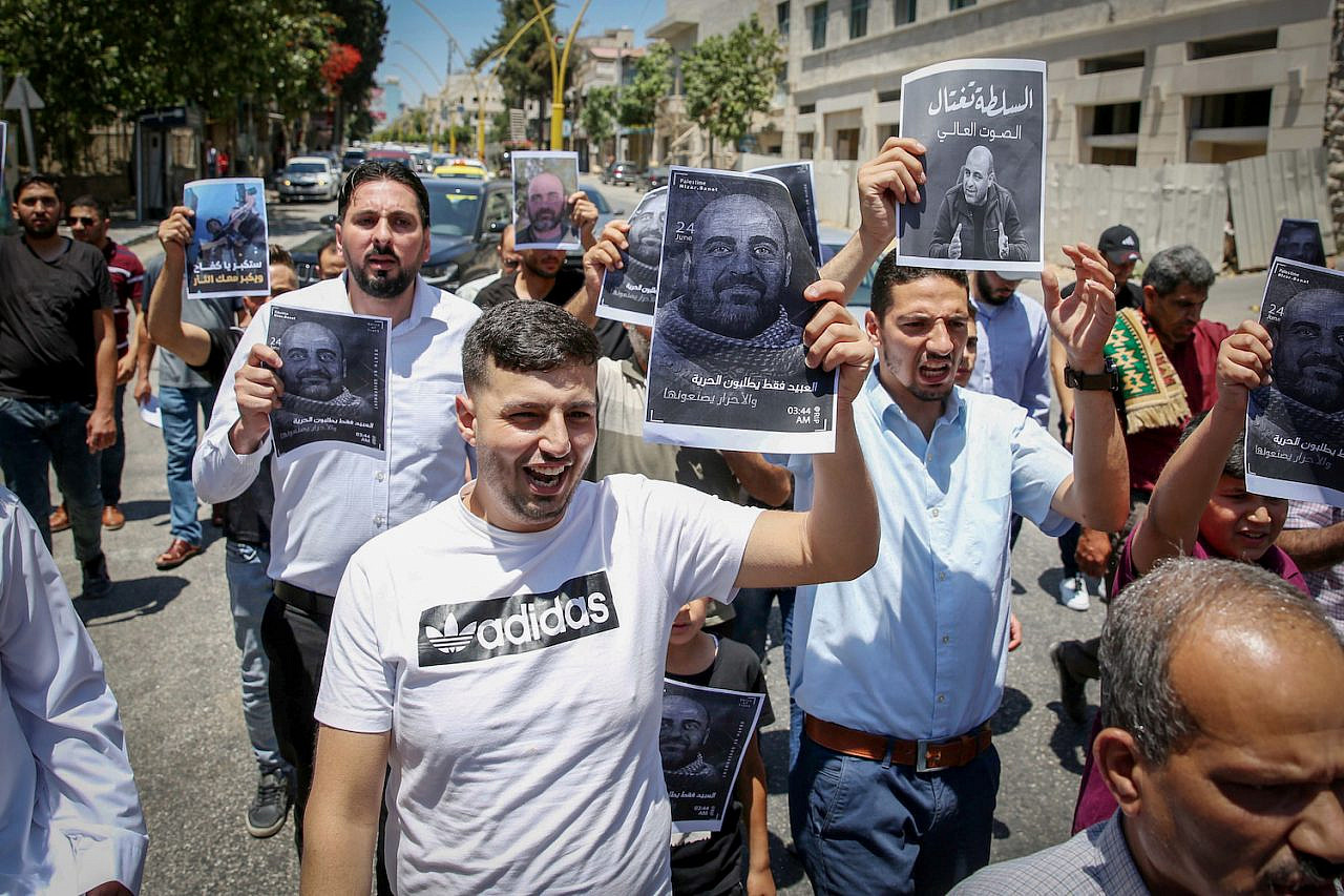 Palestinians protest the death of PA critic Nizar Banat, in the West Bank city of Hebron, on July 2, 2021. (Wisam Hashlamoun/Flash90)