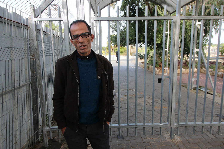 Maher Al-Sheikh, a Palestinian worker from the village of Sanniriya, at the Israeli checkpoint near Qalqilya, the West Bank. (Activestills)