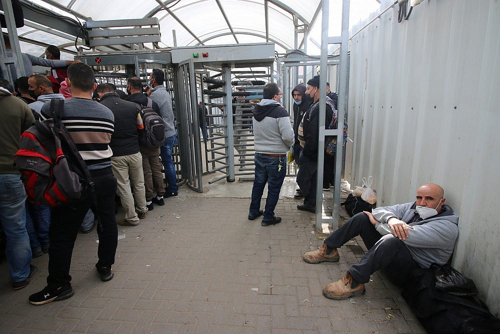Palestinian workers in line to receive COVID-19 vaccinations at the Qalqilya checkpoint, the West Bank. (Activestills)