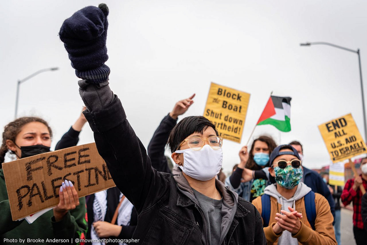 Palestine solidarity activists move to block an Israeli-owned cargo ship at the Port of Oakland in protest of Israel's aggressions, June 4, 2021. (Brooke Anderson)