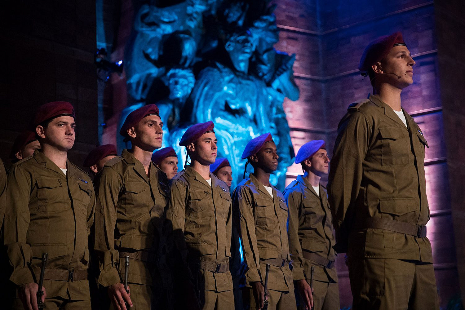 Israeli soldiers stand below a monument at a ceremony held at the Yad Vashem Holocaust Memorial Museum in Jerusalem, as Israel marks annual Holocaust Remembrance Day. April 11, 2018. (Yonatan Sindel/Flash90)