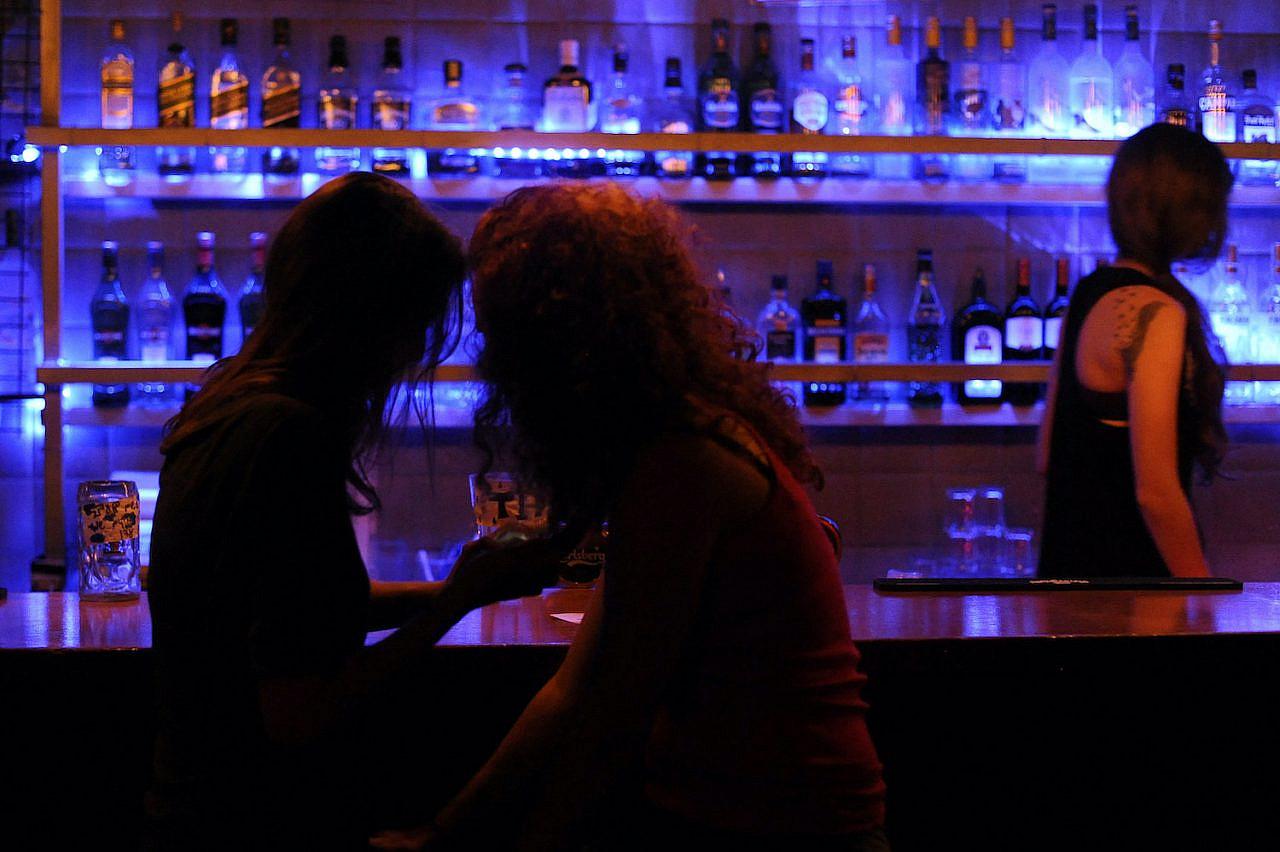 A couple sits at a bar in Jerusalem on June 15, 2013. (Zuzana Janku/Flash90)