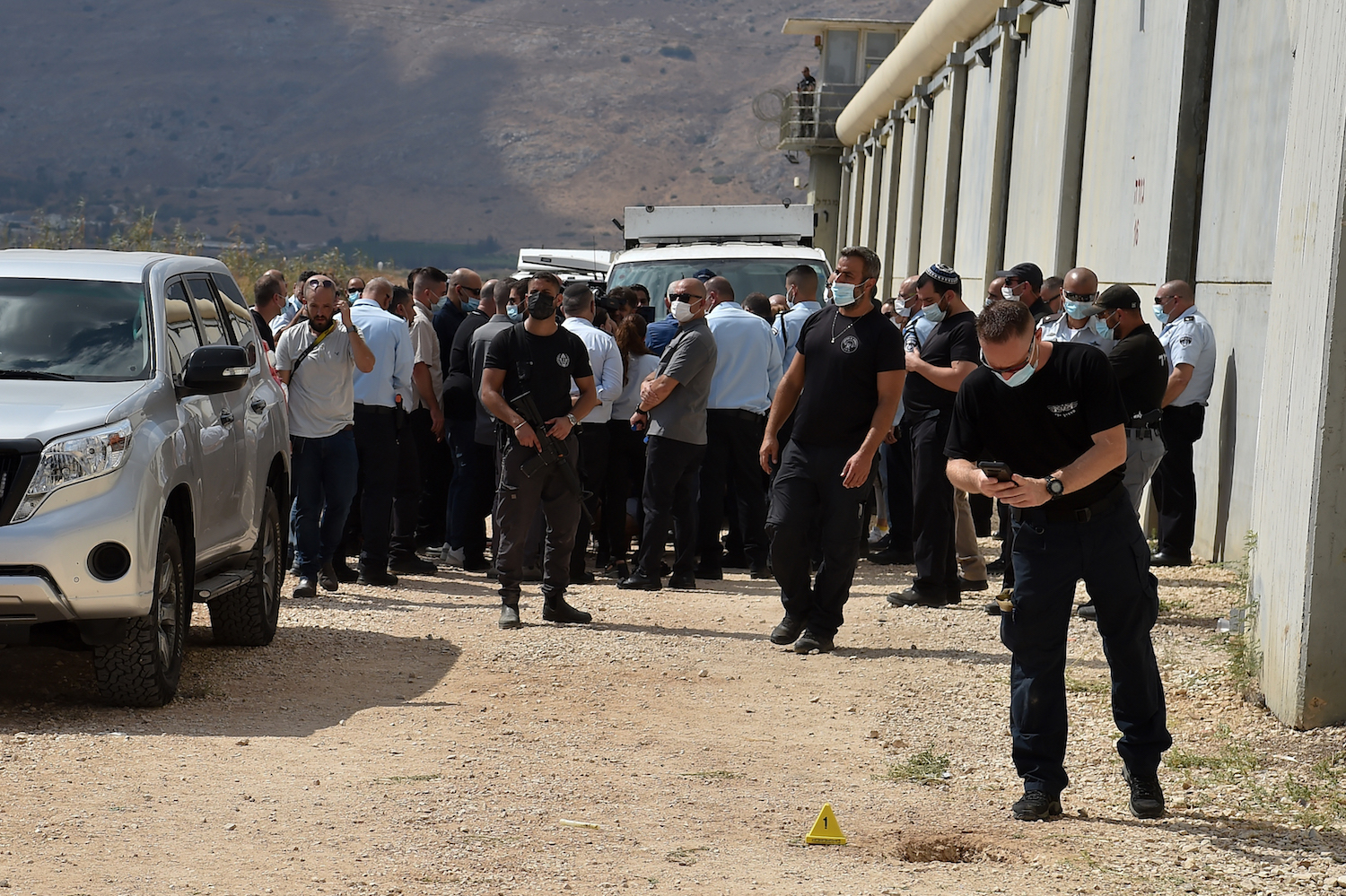 Israeli police officers and prison guards at the scene of the escape of six Palestinian prisoners, Gilboa Prison, northern Israel, September 6, 2021. (Photo by Flash90)