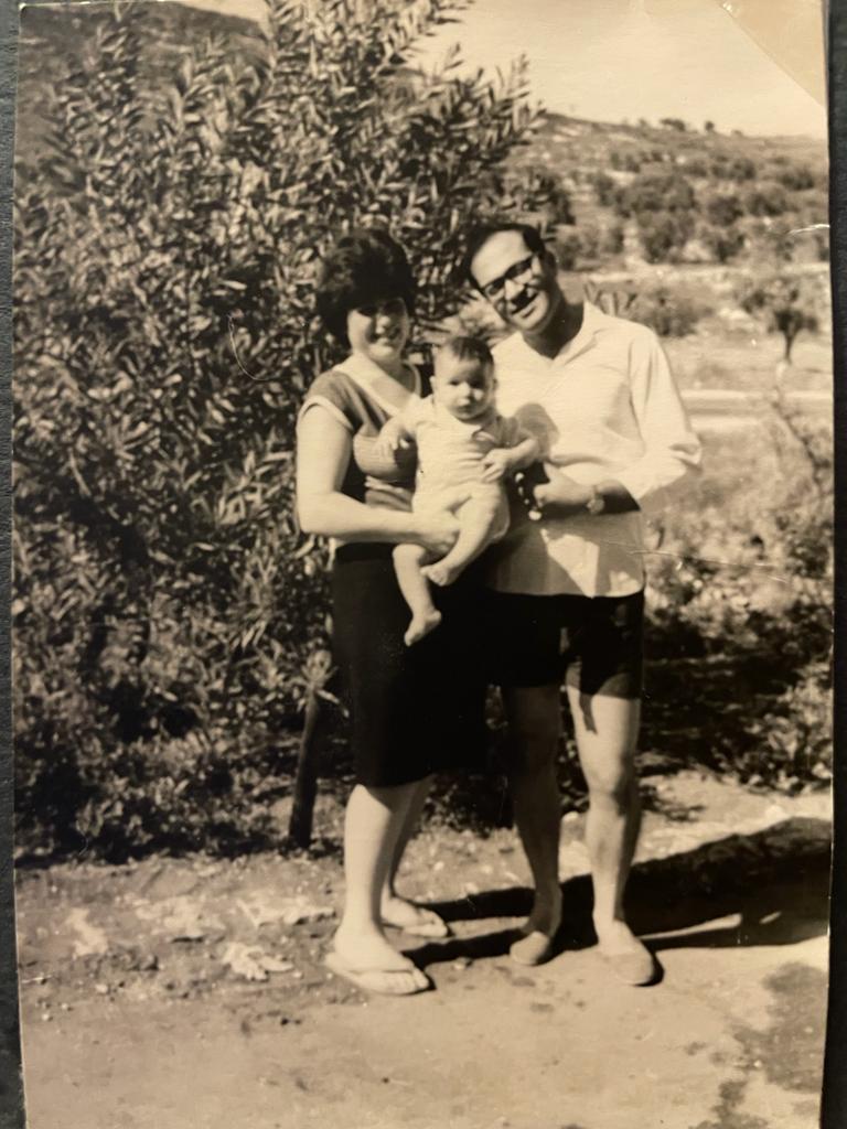 Los abuelos de Hadar Cohen con su padre en Jerusalén.  (Cortesía de Hadar Cohen)