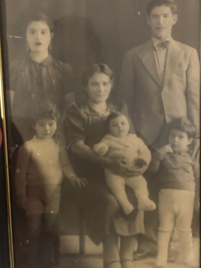 La bisabuela de Hadar Cohen con sus hijos en Bagdad.  (Cortesía de Hadar Cohen)