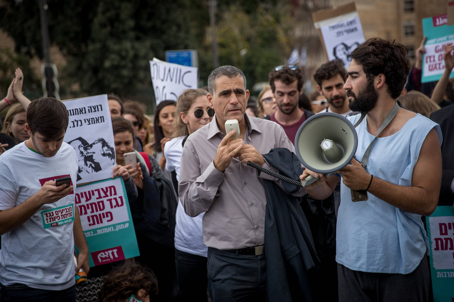 Mossi Raz speaks at a protest against the 'Culture Loyalty Bill' proposed by former Culture Minister Miri Regev, outside the Knesset, Jerusalem, November 26, 2018. (Yonatan Sindel/Flash90)
